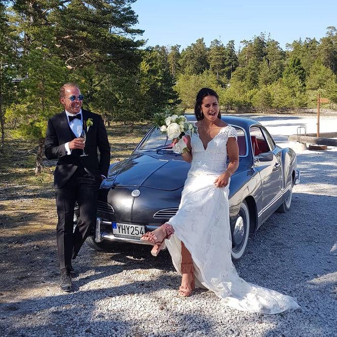 STORT GRATTIS säger vi till Anna Haag och Emil Jönsson som i helgen fick varandra i ett härligt bröllop med stora delar av skidlandslaget på gästlistan. Foto: INSTAGRAM