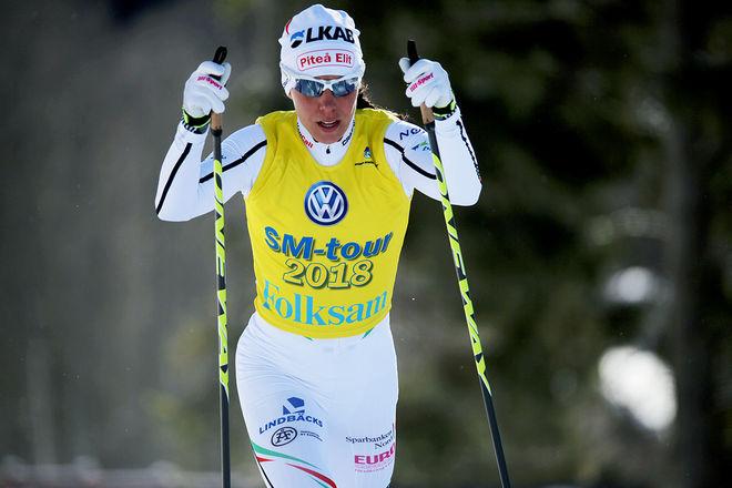 CHARLOTTE KALLA med ONE WAY:s stavar under skid-SM i Skellefteå i vintras. Hon åker också på Fischer:s skidor. Nu blir dom båda märkena en och samma firma. Foto/rights: KJELL-ERIK KRISTIANSEN/KEK-stock