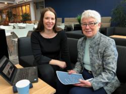 Forsker Inger Marie Holm og pensjonist Bitten Barman-Jenssen er enige om at eldre kan få stort utbytte av å bli kjent med teknologi, men at de må hjelpes på veien. (Foto: Mali A. Arnstad)