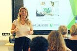 Kvinne foran lerret med presentasjon