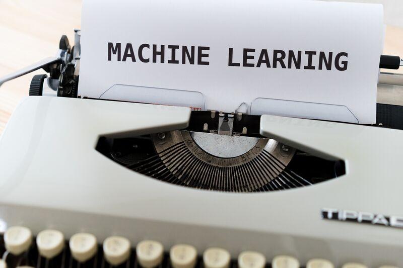 Maskinlæring-tekst-ark-skrivemaskin
