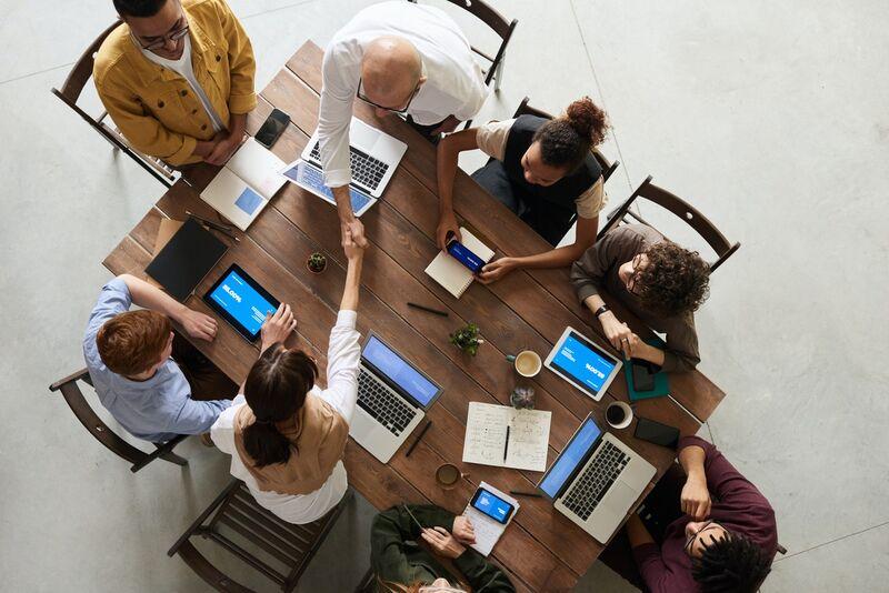 – Hvis man tar de ansatte med på råd, så oppnår man at bedriften klarer de nødvendige omstillingene bedre og bedriften klarer seg lettere gjennom kriser, sier forsker Eivind Falkum ved Senter for velferds- og arbeidslivsforskning på OsloMet. Foto:fauxels/Pexels