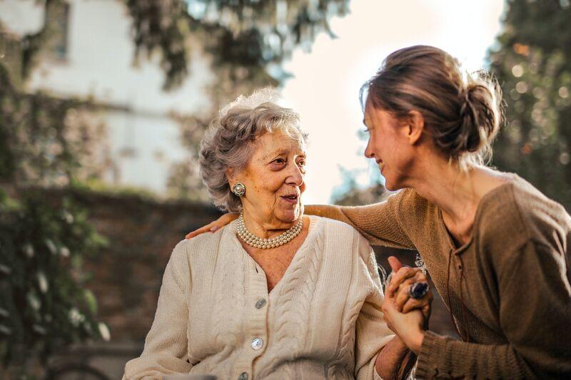 Godt samarbeid innad i familien og med hjelpeapparatet har stor betydning for pasient og pårørende. Pårørende er derfor viktige samarbeidspartnere for hjelpeapparatet, skriver Ingun Dina Ulstein i dette utdraget fra boken «Psykisk helse hos eldre» (Gyldendal). Foto:Andrea Piacquadio/Pexels
