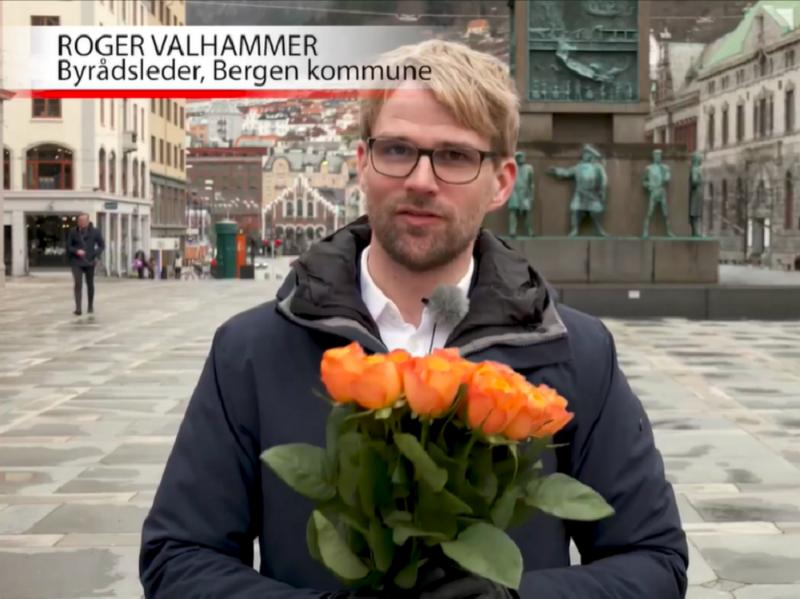 Byrådsleder Roger Valhammer i Bergen kommune mottok klarspråksprisen på vegne av kommunen. Foto: Klipp fra direkte strømming.