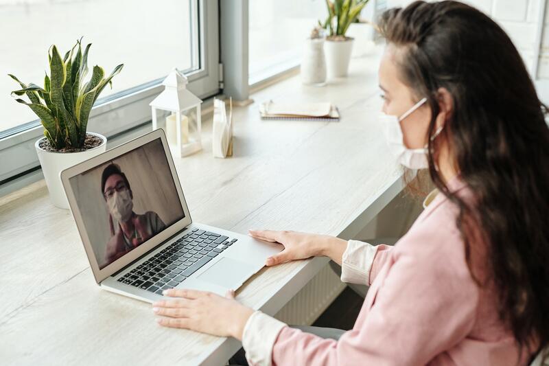 Begge parter likte effektiviteten og fleksibiliteten ved å kommunisere digitalt. Samtidig var noen fastleger og pasienter bekymret for om de kliniske vurderingene ble riktige og om forholdet mellom pasient og lege kunne svekkes av å ikke møtes fysisk. Foto:Edward Jenner/Pexels