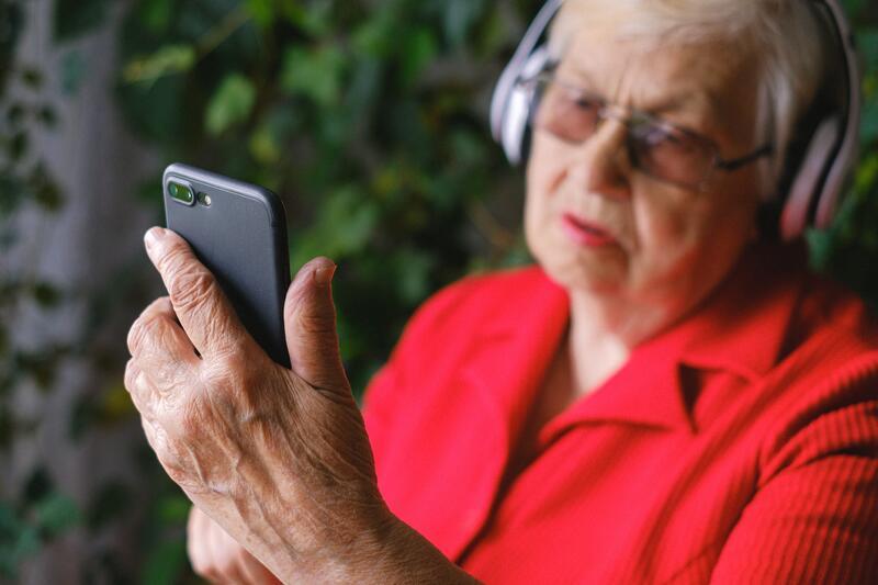 Amrat Kaur ble overrasket over at teknologi i iOS-smarttelefoner ikke blir fullstendig utnyttet. Det kunne være til stor nytte for eldre brukere, mener hun. Foto:Anna Shvets/Pexels