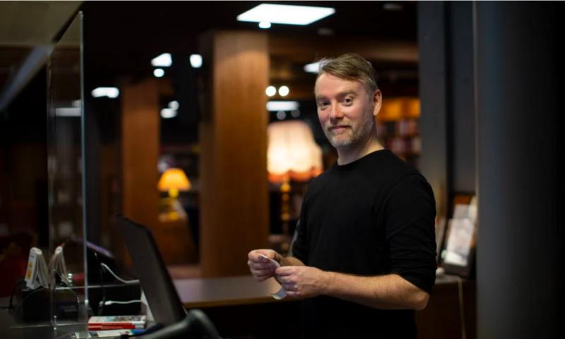 Birger Brynildsen jobber på biblioteket i Hokksund og har hjulpet folk med data i 15 år. Behovet for opplæring er enormt.