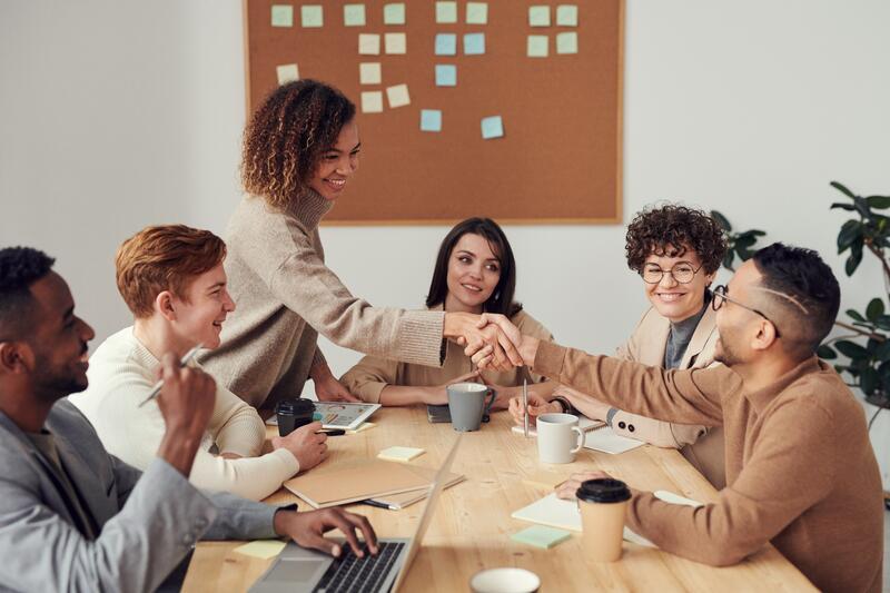 Det er grunn til å tro at flere arbeidstakere vil etterspørre jobber med mening i fremtidens arbeidsliv. Organisasjoner og bedrifter med et meningsfullt samfunnsoppdrag som evner å koble dette til den enkelte medarbeiders arbeidsoppgaver vil ha gode muligheter for å lykkes i dette markedet. Foto:fauxels/Pexels
