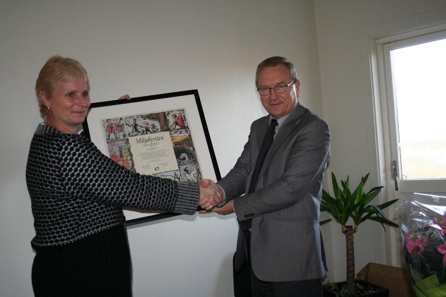 H. Fjelstad er miljøsertifisert, ordfører Johan Alne overrekker sertifikatet.