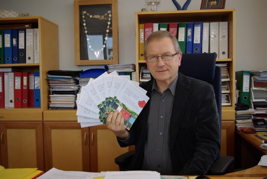 Ordfører Johan Alnes med brosjyrer der du kan reserverre deg mot uadressert reklame.