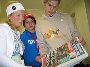 Russen ser på avisoppslag