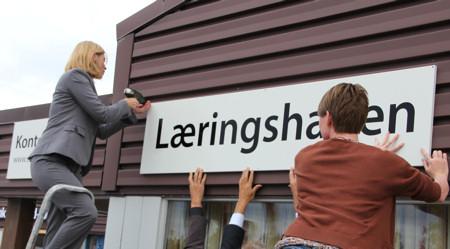 Statssekretær Hege Solbakken skrur opp skiltet til Læringshagen
