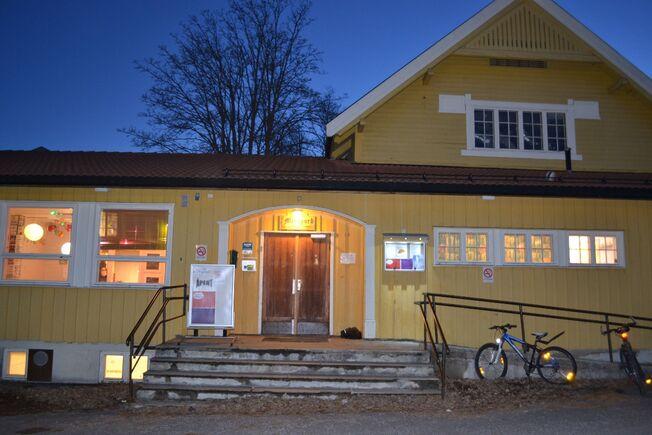 Foto av inngangspartiet til ungdomshuset Midtgard