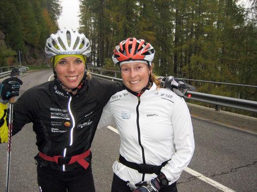 SANDRA HANSSON (t v) körde hårt med konkurrenten Seraina Mischol från Schweiz i italienska Val Senales igår. Foto: HARALD FLADSETH