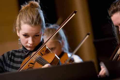 Marthe Irjall spiller fiolin