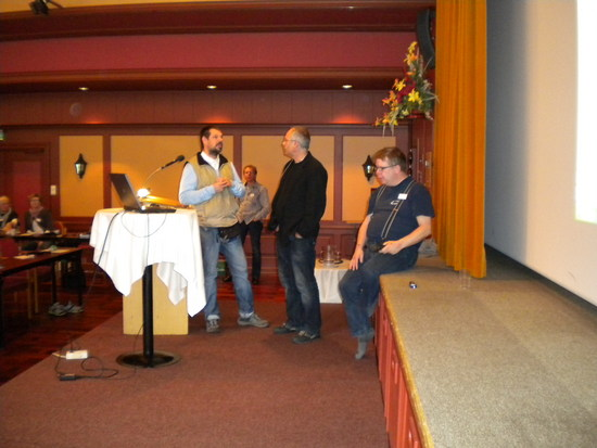 Frå venstre Ken Jarle Johansen, Roland Schwarz og John Havellen på scena under konferansen i Loen.