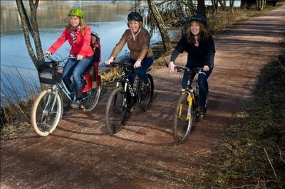 Tre som sykler til jobben