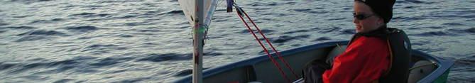 Seglbåt med jente
