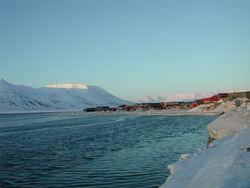 Strandkanten i Longyearbyen vinterstid