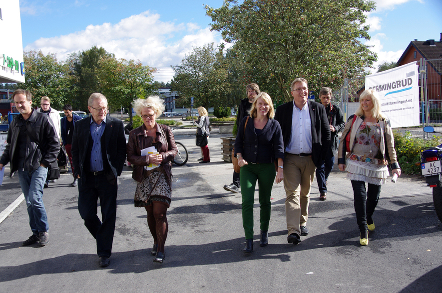 Anniken Huitfeldt i Ås sentrum sammen med lokalpolitikere
