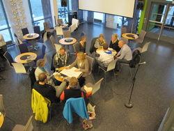 Deltakerne på folkemøtet i gang med gruppearbeid