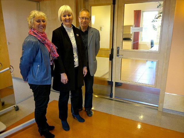 Fylkesmann Valgerd Svarstad Haugland på besøk på Moer sykehjem, sammen med rådmann og ordfører