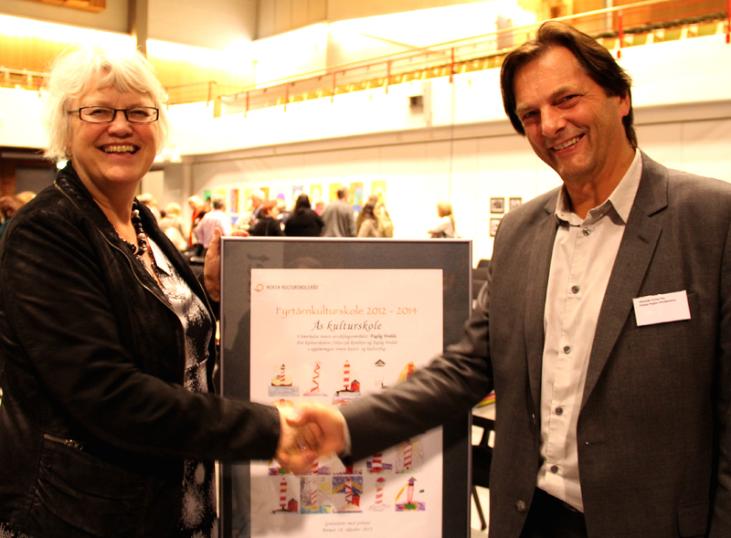 Fyrtårnkulturskole bilde av rektor Alexander Krogh Plur mottar diplom