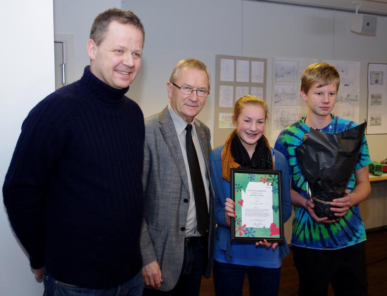 Rådgiver Jørn Skuterud, ordføer Johan Alnes, Felicia Sandman og Nicholas Johnson etter utdelingen av miljøvernprisen for barn og unge.