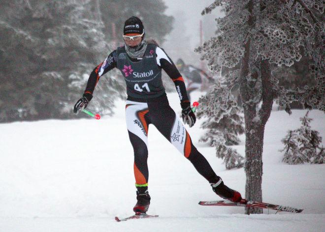 EMMA ERIKSSON, Falun-Borlänge SK dyker upp i dimman. Foto: KJELL-ERIK KRISTIANSEN