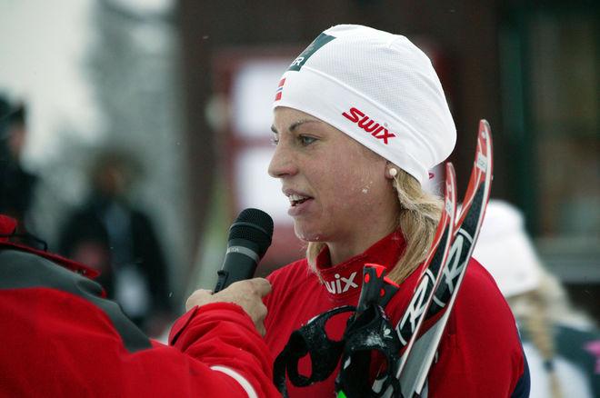 MÅNGA VILLE HÖRA vad segrarinnan Astrid Uhrenholdt Jacobsen hade att säga. Foto: KJELL-ERIK KRISTIANSEN