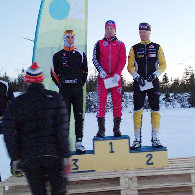 DOM TRE BÄSTA i herrklassen i O2-sprinten i Vansbro. Segraren Robin Bryntesson med tvåan Jens Eriksson (th) och trean Adam Steen (tv).