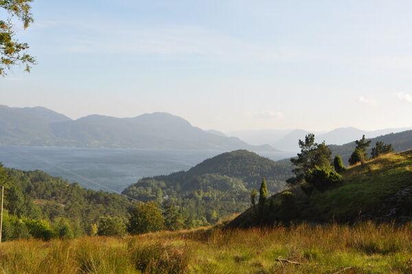 Det er flott utsyn over Skåneviksfjorden frå Bygdaholo.