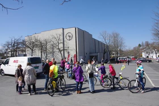 Sykkeldag 2013 mange var møtt fram for å teste sykkelen og sykkeløypa