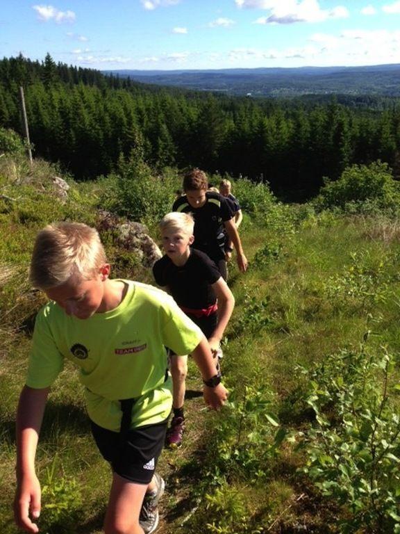 60 UNGDOMAR på led under dagens långpass. I mitten syns Jonathan Norder då han blickar upp mot toppen av Gräsberget.