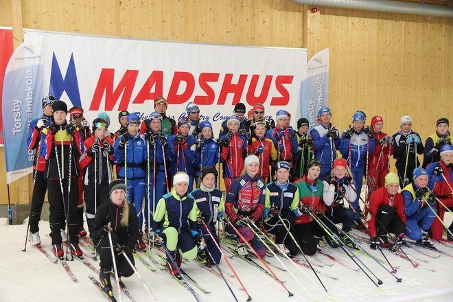 STORA DELAR av deltagarna vid Torsby sommasrskidskola samlade i Torsby Ski Tunnel.