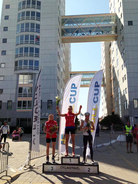 ANNIKA LÖFSTRÖM jublar efter segern i damklassen före Sandra Hansson (t h) och Nina Lintzén. Foto: ARRANGÖR