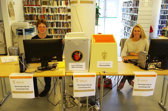 Forhåndsvalg 2013 bilde av valgfunksjonærer i biblioteket