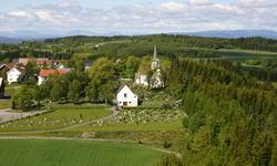 Lunner kirke m gård. Fotograf Tore M Andresen
