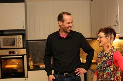 Karin-viser-frem-kjøkkenet.jpg