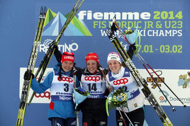 ANNA DYVIK (t h) jublar för JVM-bronset tillsammans med segrarinnan Sarah Schaber från Tyskland och tvåan Alisa Zhambalova, Ryssland. Foto: KJELL-ERIK KRISTIANSEN