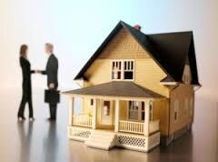 Bilde av bolig med to som tar hverandre i handa i bakgrunnen