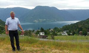 Ordførar Ivar Kvalen i bustadfeltet Borhaug, Solvorn