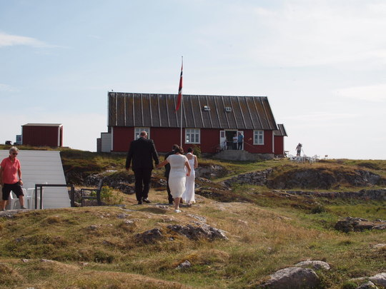 Brudeparet på vei til vielse i Fiskarheimen.
