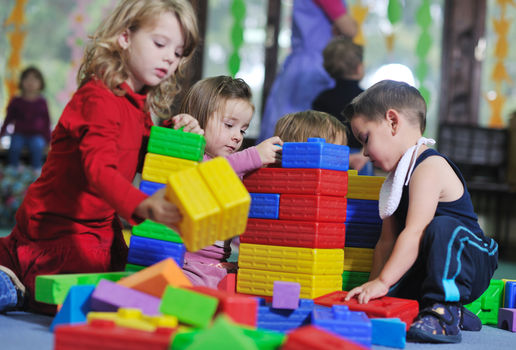 Barn leker inne i barnehage