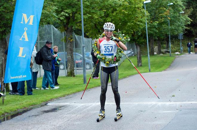 SANDRA HANSSON i mål som klar segrare i damklassen i Höstrullen. Foto: GEIR KILDAHL