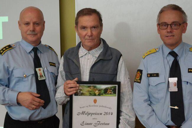 Einar Fortun får politiet sin miljøpris. Foto: Luster lensmannskontor