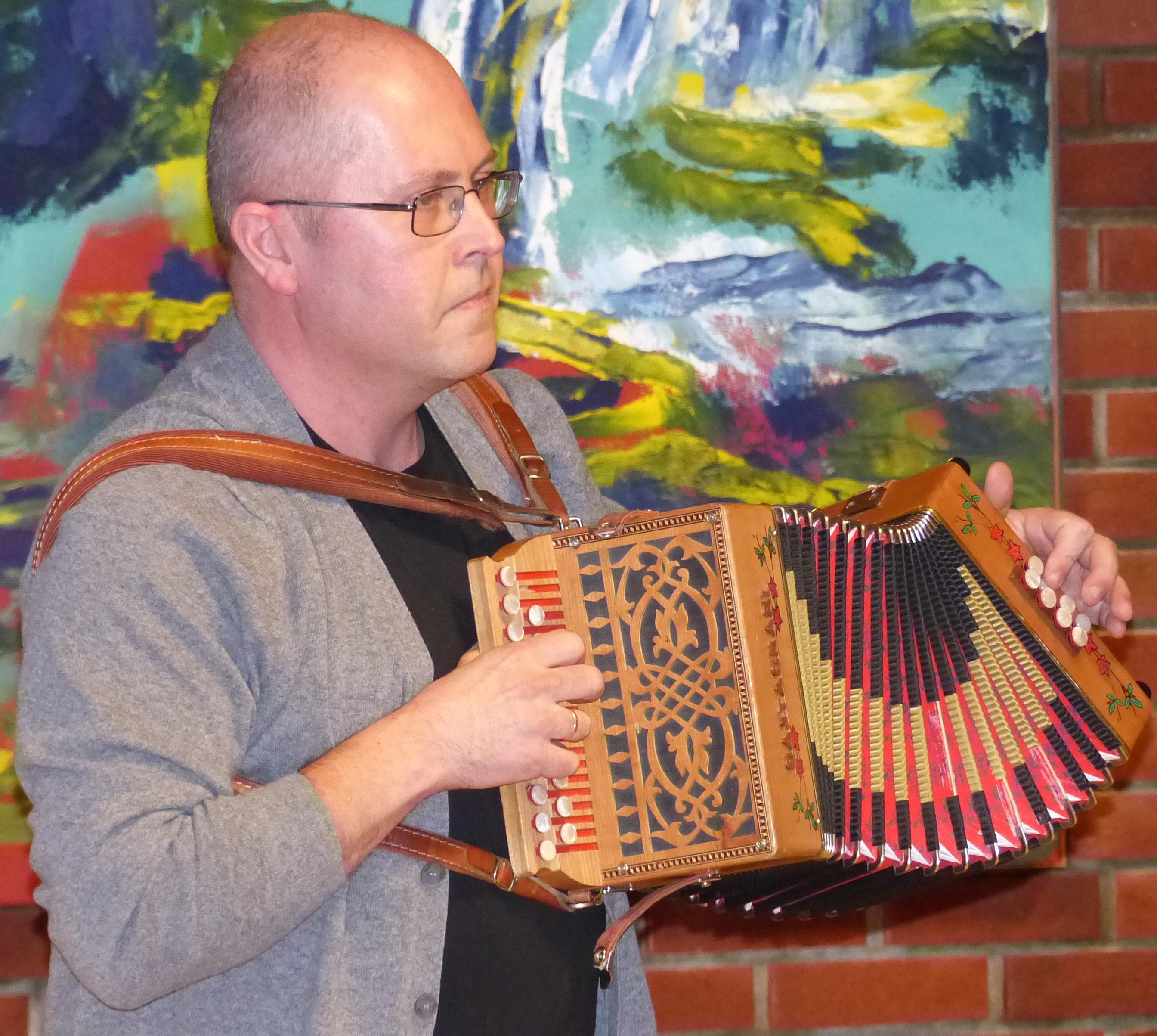 Arve spelar Makaronivalsen for kommunestyret.jpg