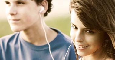 To tenåringer som hører musikk