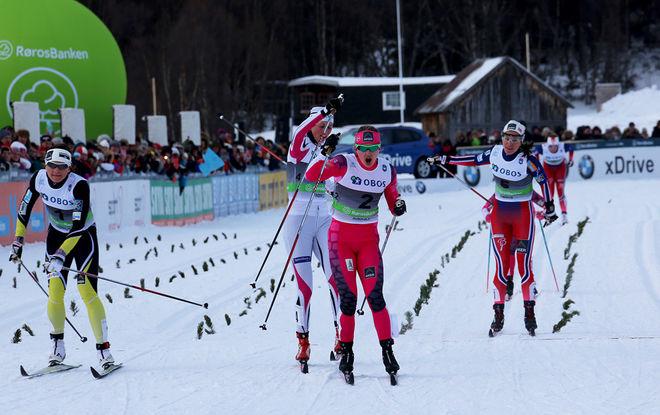 INGVILD FLUGSTAD ØSTBERG (mitten) jublar för NM-guld på sprintdistansen. Till vänster trean Maiken Caspersen Falla, som precis förlorade till Kari Vikhagen Gjeitnes (vit dräkt). Foto/rights: MARCELA HAVLOVA/sweski.com