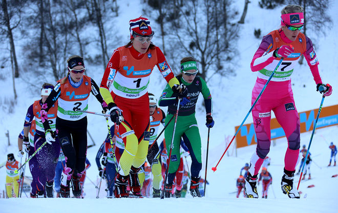 HEIDI WENG (nr 1) i täten redan från start i skiathlon-tävlingen. Här tillsammans med Kathrine Harsem (nr 7), som slutade 7:a. Foto/rights: MARCELA HAVLOVA/sweski.com